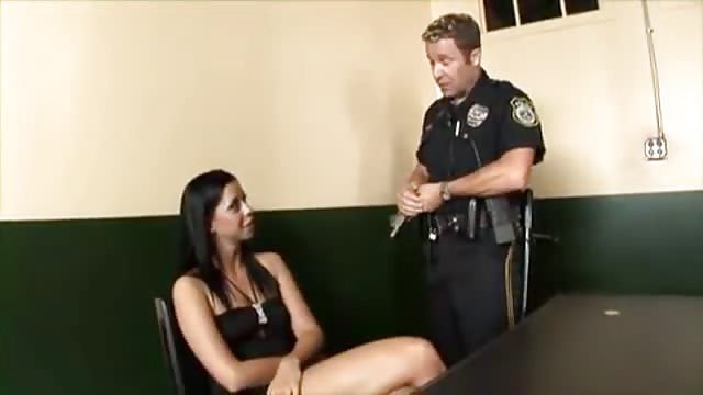 Bonne baise pour l'agente de police