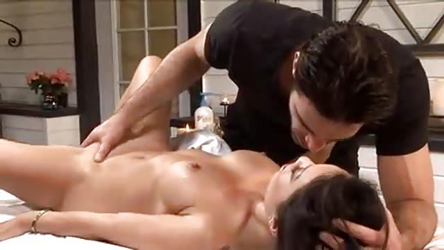 Asa Akira baisée par un masseur beau gosse